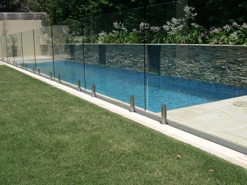 Clôture en verre trempé et piscine creusé