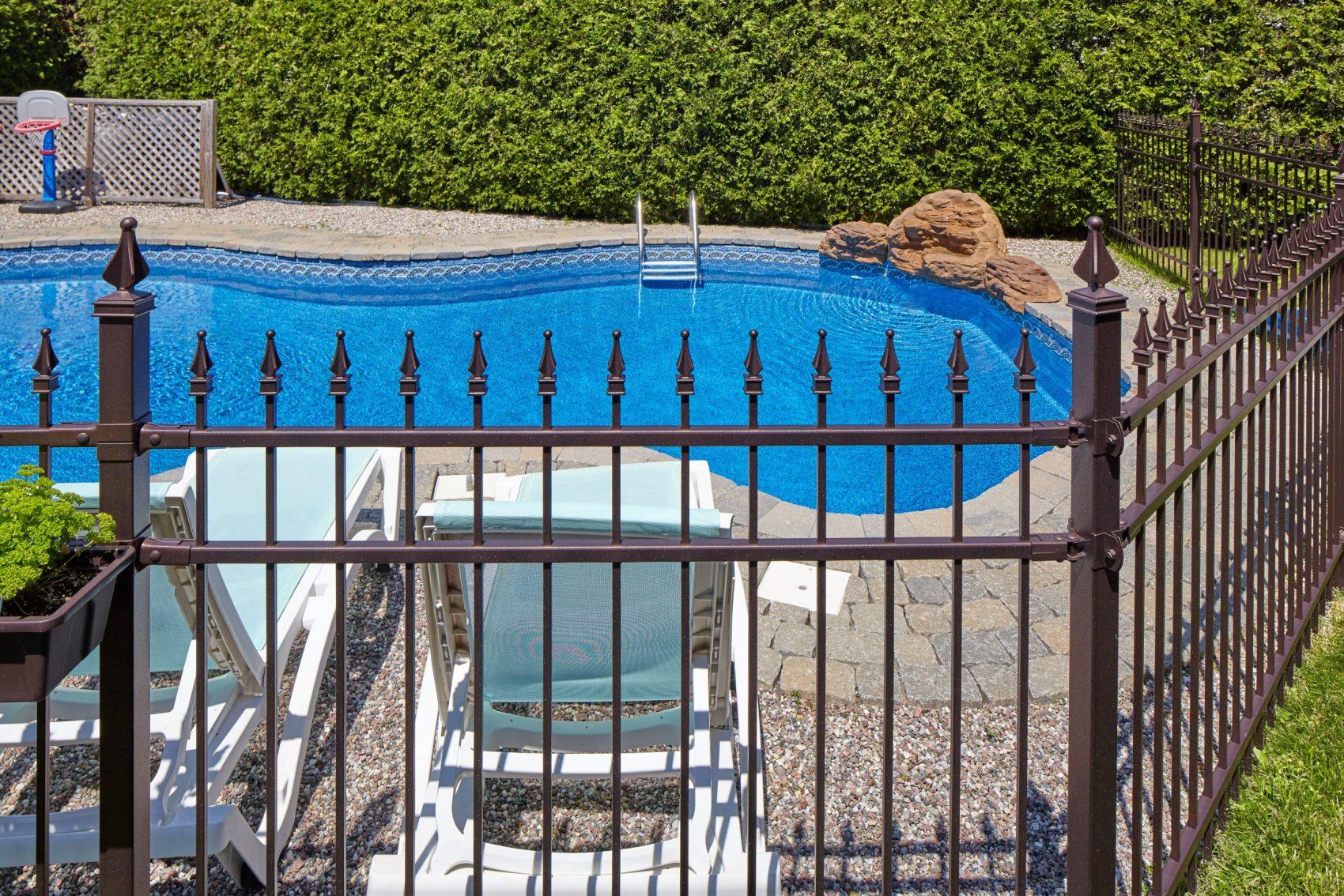 Clôture ornementale autour d'une piscine familiale