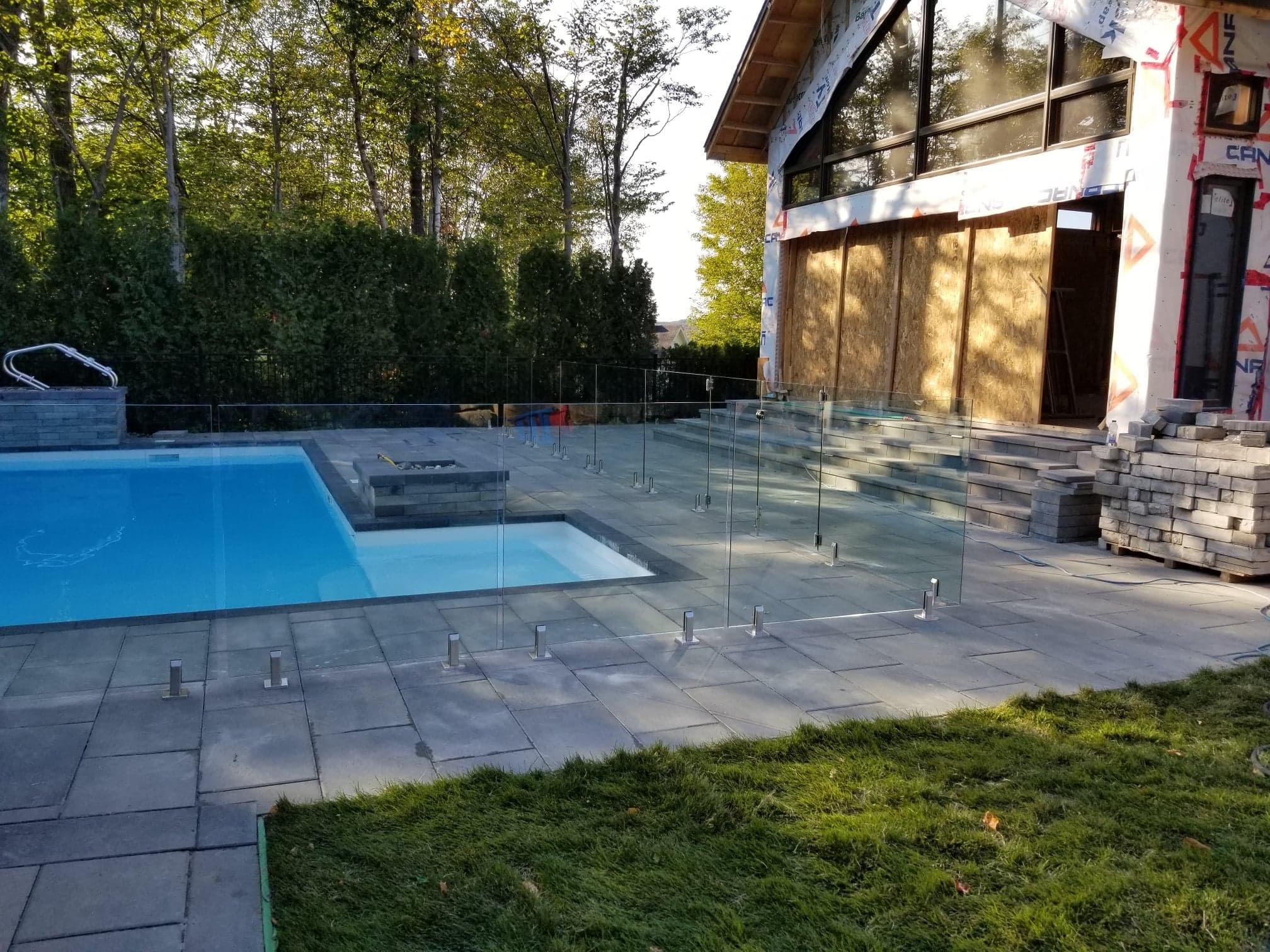 Clôture en verre trempé autour piscine