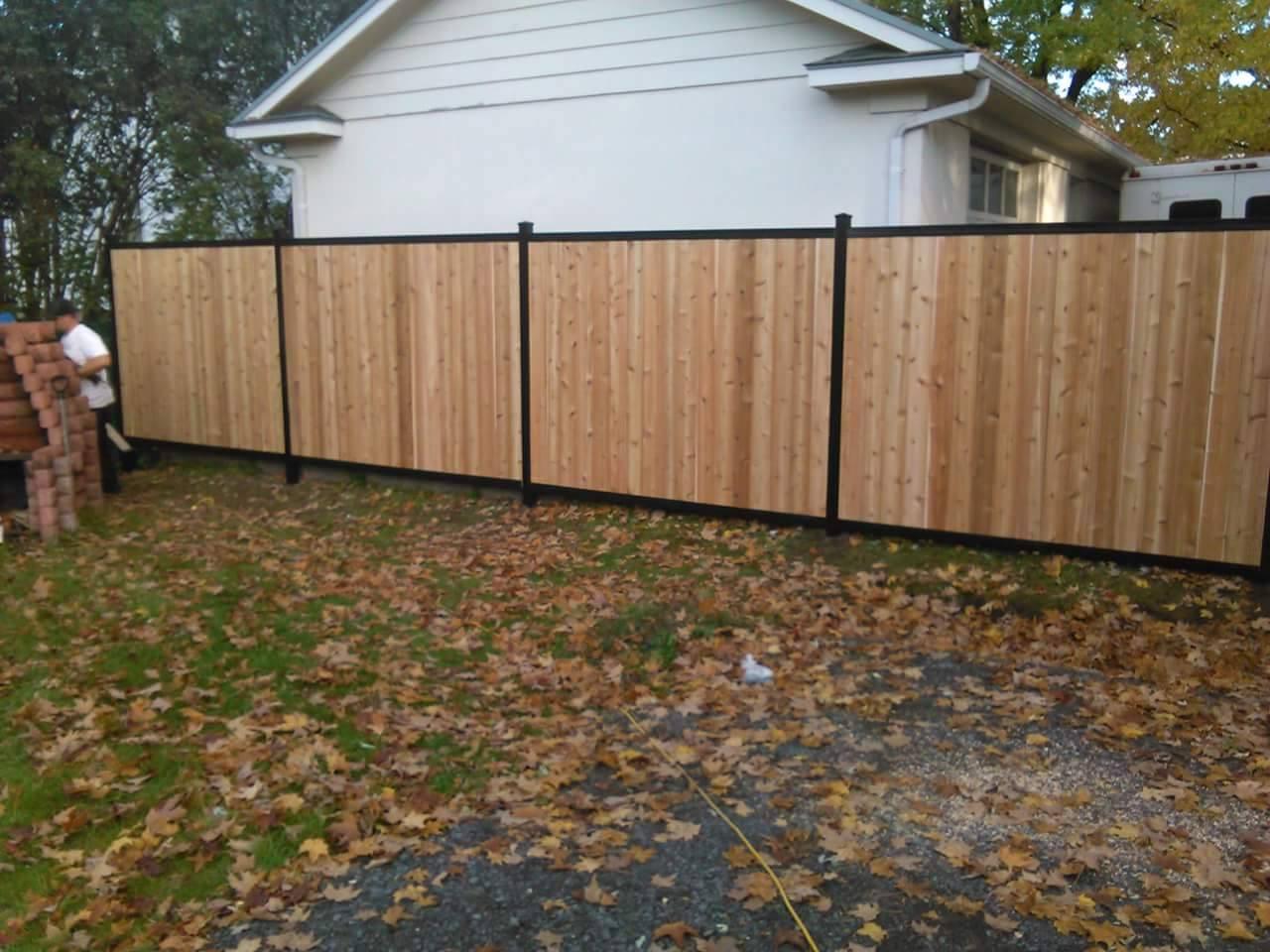 clôture en bois sur poteau noir