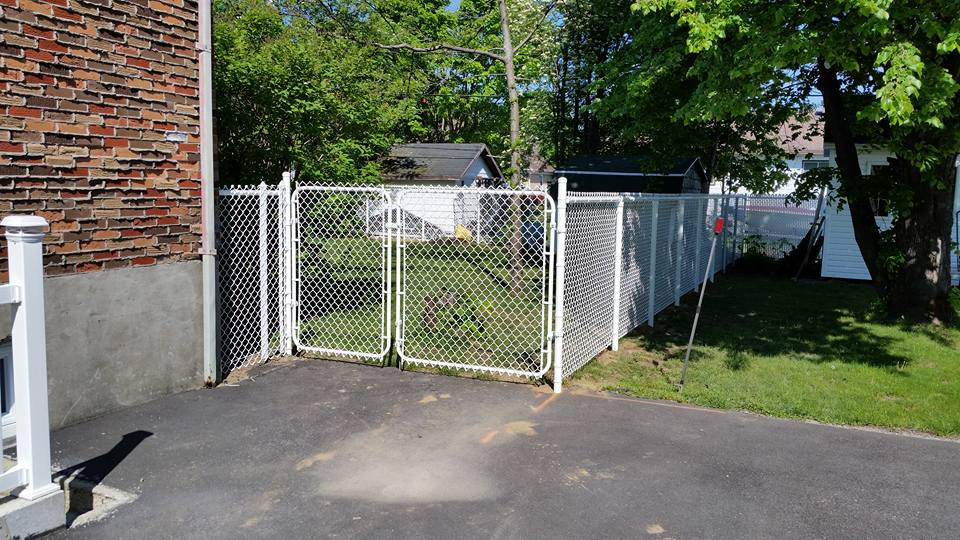 clôture en maille de chaîne blanche